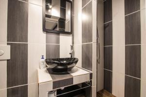 A bathroom at Studio Mezzanine Bleu
