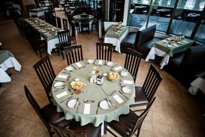 A restaurant or other place to eat at Suites Camino Real