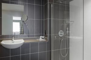 A bathroom at Mercure Hatfield Oak Hotel