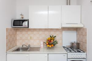 A kitchen or kitchenette at Apartments Mira