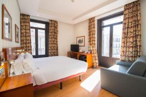 A bed or beds in a room at Petit Palace Preciados