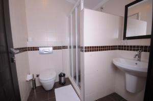 Een badkamer bij Holiday Calbis Hotel
