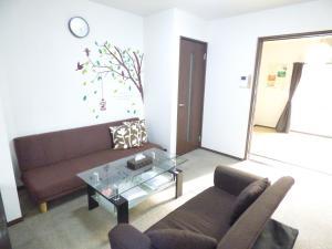 A seating area at SAIZEN Matsumuro stay