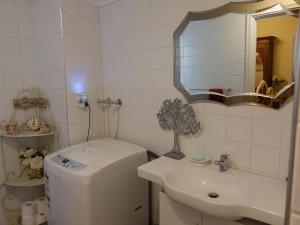 A bathroom at The Blacksmiths Cottage