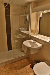 A bathroom at Hôtel Belleville, Villefranche-sur-Saône Nord (Ex Inter-Hotel)