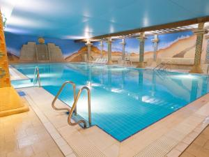 Бассейн в TLH Carlton Hotel And Spa (TLH Leisure Resort) или поблизости