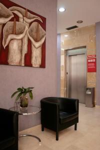 De lobby of receptie bij Aparthotel Milord's Suites