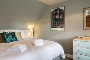 A bed or beds in a room at Cruickshanks Boutique B&B