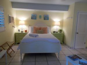 A bed or beds in a room at Kona Kai Resort and Gallery