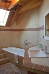 A bathroom at Gästehaus Waldecker