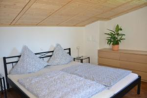 A bed or beds in a room at Gästehaus Waldecker