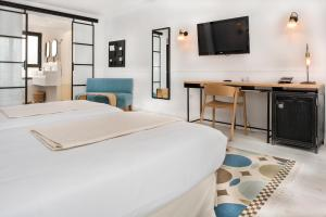 A bed or beds in a room at 7 Islas Hotel