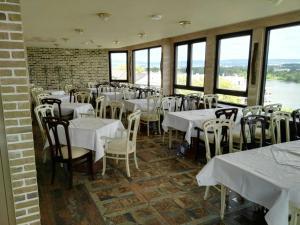 Ein Restaurant oder anderes Speiselokal in der Unterkunft Mainzer Hof