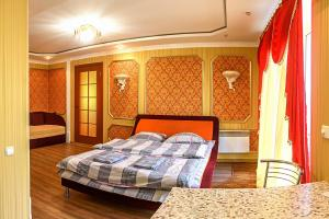 A bed or beds in a room at Apartment on Ushakova Street 51