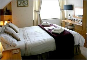A bed or beds in a room at Mickleton Guesthouse