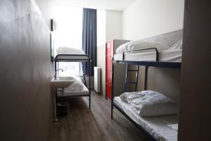 Uma ou mais camas em beliche em um quarto em Shelter Jordan Christian Hostel