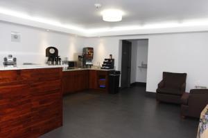 A kitchen or kitchenette at Chestnut Tree Inn Portland Mall 205