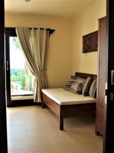 Vuode tai vuoteita majoituspaikassa West Bali Villas-Umasari Resort