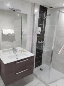 Salle de bains dans l'établissement Hotel du Midi - Rodez Centre Ville