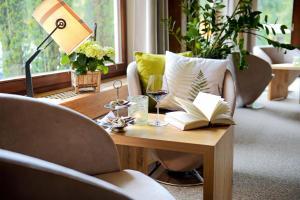 Ein Restaurant oder anderes Speiselokal in der Unterkunft Hotel Grüner Wald