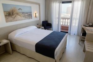 A bed or beds in a room at Hotel Spa Cádiz Plaza