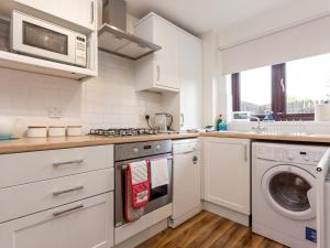 A kitchen or kitchenette at Sandpiper