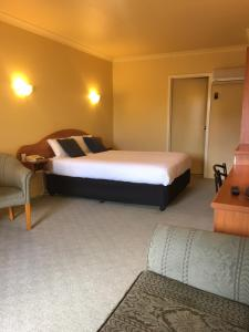 A bed or beds in a room at Hopkins House Motel & Apartments