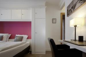 Een bed of bedden in een kamer bij Beach Hotel - Auberge des Rois
