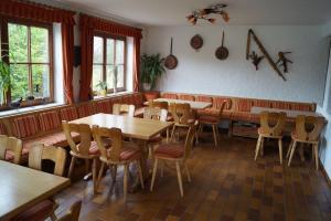 Ein Restaurant oder anderes Speiselokal in der Unterkunft Gästehaus zur Mühle Dehm