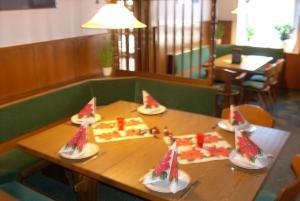 Ein Restaurant oder anderes Speiselokal in der Unterkunft Hotel Bürgerstube