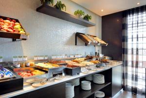 Una cocina o zona de cocina en Eurostars Plaza Mayor