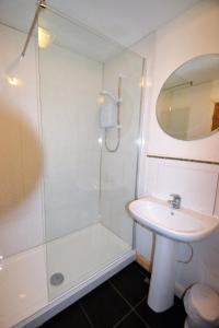 A bathroom at Whitehouse Court