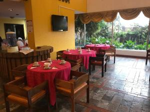 A restaurant or other place to eat at Hotel Savoy Inn