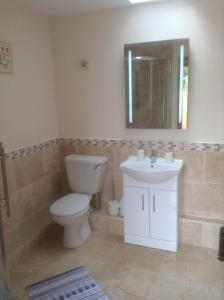 A bathroom at Frankaborough Farm Holiday Cottages