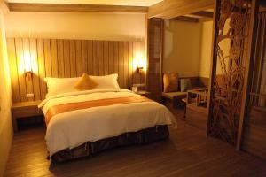 山灣水月景觀溫泉會館房間的床
