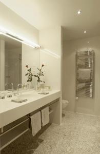 Ein Badezimmer in der Unterkunft Hotel Angleterre & Résidence