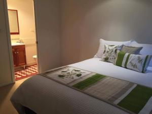 A bed or beds in a room at Oasis on Marsh