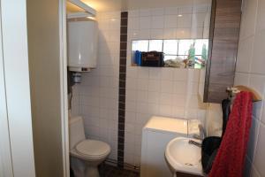 A bathroom at Gäststugan Tyresö