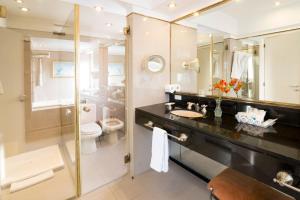 A bathroom at Claridge Hotel