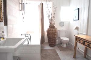 A bathroom at Colthrop Manor