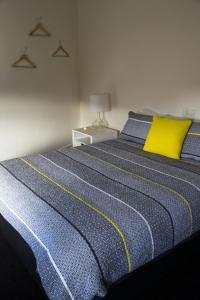 Blues Point Hotel tesisinde bir odada yatak veya yataklar