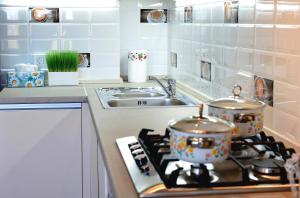 Кухня или мини-кухня в Apartment on Fortovaya