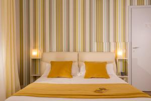 A bed or beds in a room at Royal Rooms Corso
