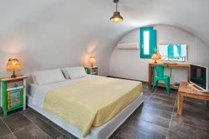 A bed or beds in a room at Nissia Beach Apartments & Suites