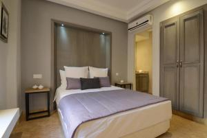 A bed or beds in a room at Riad Ayni