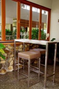 The lounge or bar area at Mary River Motor Inn