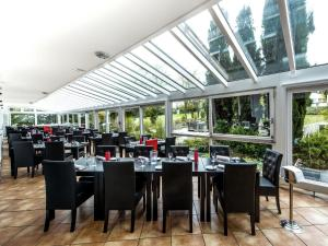 A restaurant or other place to eat at DORMERO Hotel Bonn Windhagen