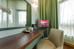 A television and/or entertainment center at Hotel Santacroce Meeting