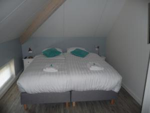 A bed or beds in a room at Appelhoeve Logies