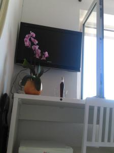 A television and/or entertainment centre at Rooms Katica